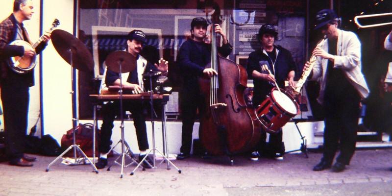 Uranus Bruyant, devant la Galerie Nuances (1984)